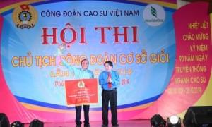 Ông Phan Mạnh Hùng - Chủ tịch CĐCSVN trao giải nhất cho Cao su Bình Long