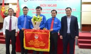 Đ/c Vũ Đức Tú (bên phải) và đ/c Trần Ngọc Thuận trao hoa và Cờ thi đua xuất sắc của TW Đoàn cho ĐTN VRG. Ảnh: Đào Phong
