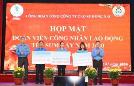 Đại diện lãnh đạo Công đoàn Cao su Việt Nam và Công đoàn tỉnh trao quà và vé xe cho đại diện người lao động có hoàn cảnh khó khăn