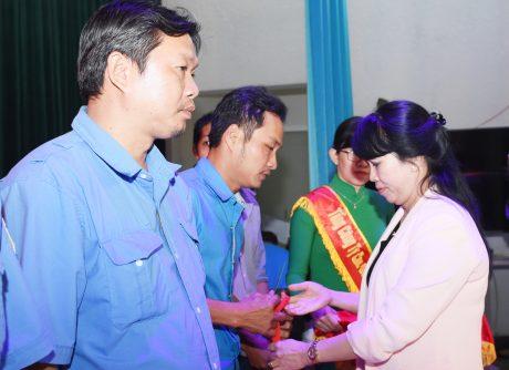 BVà Vũ Thị Mỹ Lệ - Bí thư Đảng ủy, Phó tổng giám đốc Tổng công ty trao quà cho công nhân
