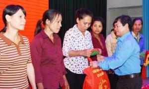 Ông  Lê Hữu Phước - Chủ tịch công đoàn Tổng công ty trao quà cho công nhân