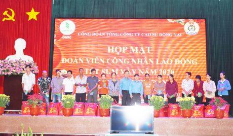 Công ngân nhận quà từ Đại diện lãnh đạo Công đòan ngành và công đoàn TCT Cao su Đồng Nai