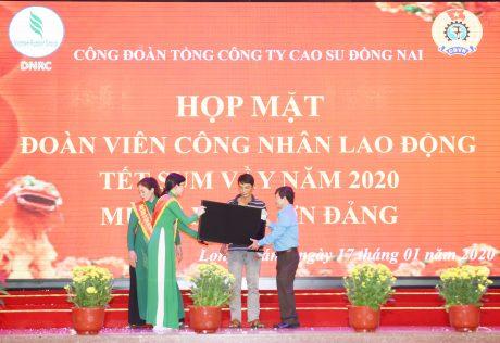 Ông Lê Hữu Phước - Chủ tịch Công đoàn Tổng công ty trao giải đặc biệt cho công nhân may mắn trong phần bốc thăm trúng thưởng