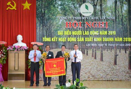 Thừa ủy quyền, lãnh đạo VRG trao Cờ thi đua xuất sắc của Chính phủ cho công ty, tại Hội nghị NLĐ năm 2019.
