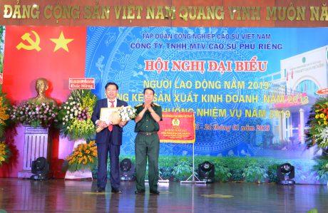 Trao bằng khen của Bộ Quốc phòng cho ông Lê Tiến Vượng - TGĐ công ty.