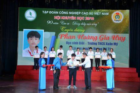 Ông Trần Ngọc Thuận - Chủ tịch HĐQT VRG và ông Phan Mạnh Hùng - Chủ tịch Công đoàn CSVN trao thưởng cho các em