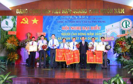 Các tập thể cá nhân nhận cờ thi đua và bằng khen của VRG