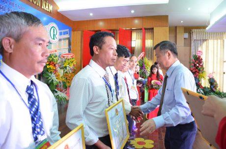 Ông Huỳnh Anh Minh - TUV - Phó Chủ tịch UBND tỉnh Bình Phước tặng bằng khen cho các tập thể