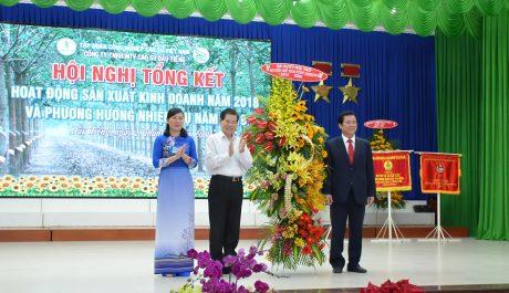 Ông Nguyễn Minh Triết   - nguyên Ủy viên Bộ Chính trị, nguyên Chủ tịch nước tặng lẵng hoa chúc mừng công ty