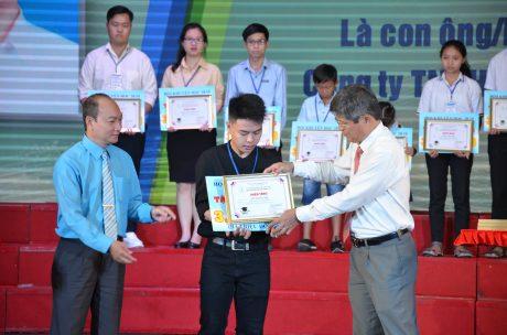 Ông Trần Công Kha - Phó TGĐ VRG và ông Phan Tấn Hải - Phó Chủ tịch thường trực Công đoàn CSVN trao thưởng cho các em