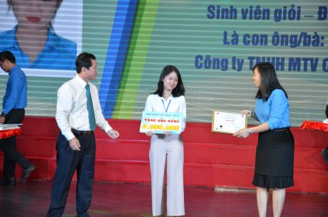 Lãnh đạo VRG và CĐ CSVN trao thưởng cho các em