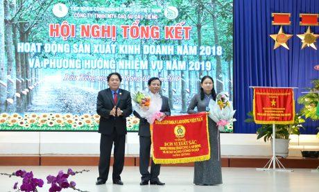 Chủ tịch Công đoàn CSVN Phan Mạnh Hùng trao Cờ thi đua của Tổng LĐLĐ VN cho Công đoàn Cao su Dầu Tiếng