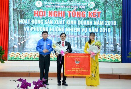 Ông Nguyễn Tấn Đạt - Phó Bí thư Tỉnh đoàn Bình Dương trao Cờ thi đua cho ĐTN Cao su Dầu Tiếng