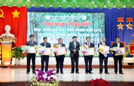 Thừa ủy quyền, ông Mai Hùng Dũng - Ủy viên thường vụ Tỉnh ủy, Phó Chủ tịch thường trực UBND tỉnh Bình Dương trao bằng khen của Thủ tướng Chính phủ cho 6 cá nhân