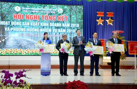 Thừa ủy quyền, ông Hà Văn Khương - Thành viên HĐQT VRG trao bằng khen Bộ NN&PTNT cho 4 cá nhân