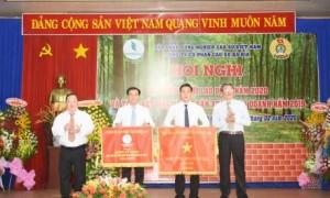 Ông Nguyễn Tiến Đức – Phó TGĐ VRG  và lãnh đạo công ty trao cờ thi đua xuất sắc dẫn đầuphong trào thi đua cấp cơ sở trực thuộc công ty