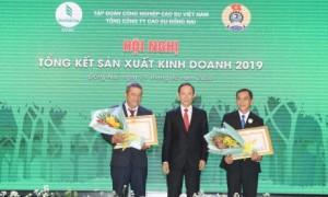 Ông Trần Ngọc Thuận - Bí thư Đảng ủy, Chủ tịch HĐQT trao bằng khen của Thủ tướng chính phủ cho các cá nhân