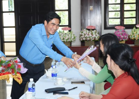 Ông Nguyễn Thế Hựu - Chủ tịch Công đoàn TCT gởi tặng những đóa hoa tươi thắm đến toàn thể chị em tham dự buổi họp mặt chào mừng ngày 8/3