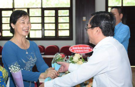 Ông Đỗ Minh Tuấn - TGĐ TCT tặng hoa chúc mừng ngày 8/3 chị Nguyễn Thị Gái - nguyên TGĐ TCT