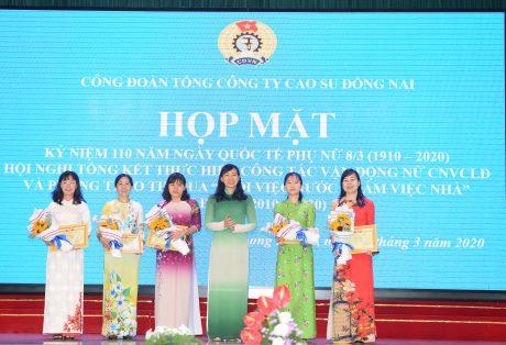 Bà Trương Thị Huế Minh - Phó Chủ tịch Công đoàn CSVN trao bằng khen cho các cá nhân xuất sắc trong phong trào thi đua