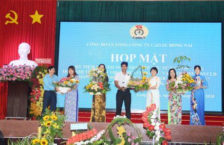 Những lẵng hoa được nữ CNVC - LĐ TCT trình bày theo chủ đề