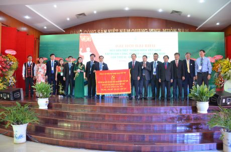 Đoàn Chủ tịch nhận cờ thi đua xuất sắc của Đảng ủy VRG