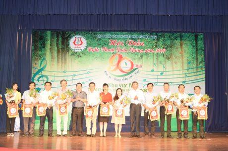 Ban tổ chức tặng hoa và cờ lưu niệm cho các đoàn tham gia hội diễn