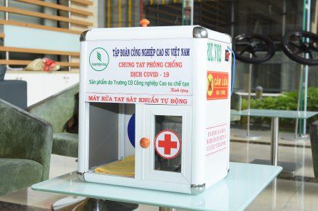 Máy rửa tay sát khuẩn do thầy Bùi Đình Ninh - Phó hiệu trường nhà trường cùng các đồng sự thực hiện