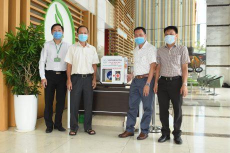 Đại diện lãnh đạo Trường CĐCN Cao su tặng máy rửa tay cho VRG - Công ty cổ phần