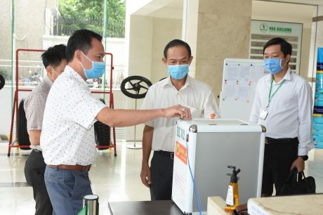 Thầy Bùi Đình Ninh - Phó hiệu trưởng nhà trường (bên trái) giới thiệu cách vận hành máy
