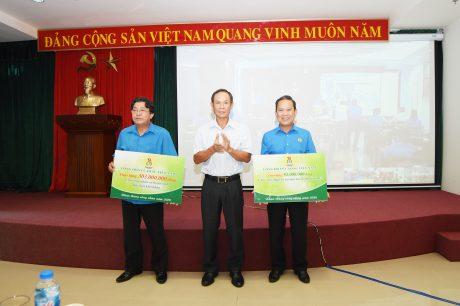 Ông Trần Ngọc Thuận - Bí thư Đảng ủy, Chủ tịch HĐQT VRG trao biểu trưng hỗ trợ chương trình Ánh sáng Công đoàn và Mái ấm Công đoàn trong lễ phát động