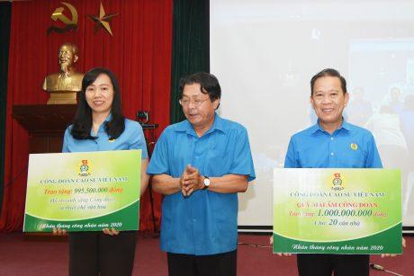 Ông Phan Mạnh Hùng - Chủ tịch Công đoàn CSVN trao biểu trưng hỗ trợ chi phí chương trình Ánh sáng Công đoàn và Mái ấm Công đoàn trong Tháng công nhân năm 2020