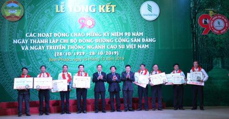 """Anh Nguyễn Văn Bình (ngoài cùng bên trái) nhận Giải thưởng """"Cao su Việt Nam"""" năm 2019. Ảnh: Đào Phong"""