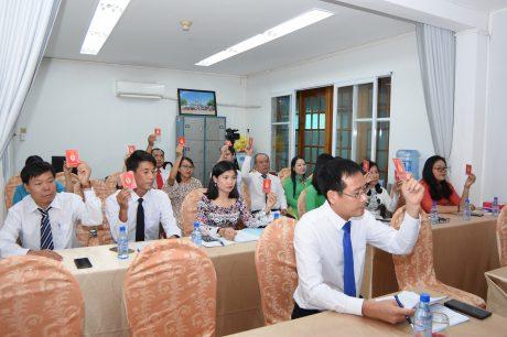 Đại biểu biểu quyết tại đại hội