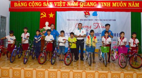 Bí thư các đơn vị Đoàn trao tặng xe đạp cho các em học sinh Trường tiểu học xã Đắc Ơ