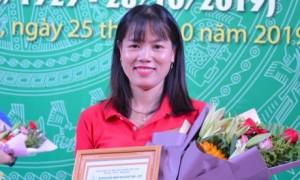 Chị Lê Thị Lệ nhận giải nhì tại Hội thi tìm hiểu 90 năm truyền thống ngành cao su VN.