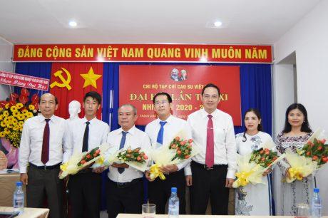 Đồng chí Trương Minh Trung - UV BTV Đảng ủy, Phó TGĐ VRG tặng hoa chúc mừng Ban Chấp hành khóa mới
