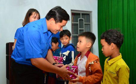 Đ/c Thái Bảo Tri - UV BCH TW Đoàn,  Bí thư ĐTN VRG  tặng quà cho các em học sinh