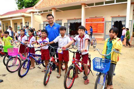 Đ/c Lê Anh Dũng - Phó Bí thư ĐTN VRG tặng xe đạp cho các em học sinh