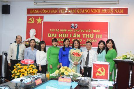 Đ/c Phan Trần Hồng Vân – Bí thư Chi bộ Hiệp hội (thứ 4 từ phải qua) ra mắt đại hội