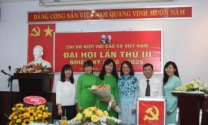 Chi bộ Hiệp hội tặng hoa cho đ/c Nguyễn Thị Kiều Nương – Bí thư Chi bộ Hiệp hội nhiệm kỳ 2015 – 2020