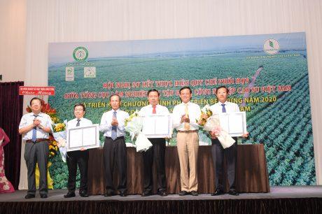 Ông Cao Chí Công – Phó Tổng Cục trưởng Tổng cục Lâm nghiệp (ngoài cùng bên phải) và ông Trần Ngọc Thuận – Chủ tịch HĐQT VRG (thứ 3 từ trái qua) trao chứng Chỉ rừng Việt Nam cho 3 công ty Phú Riềng, Dầu Tiếng, Bình Long