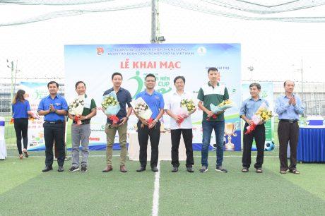 Đại diện BTC trao hoa cảm ơn các nhà tài trợ