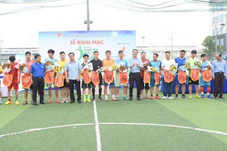 Đại diện lãnh đạo Công đoàn Cao su Việt Nam, Đoàn Thanh niên VRG trao cờ lưu niệm cho các đội bóng