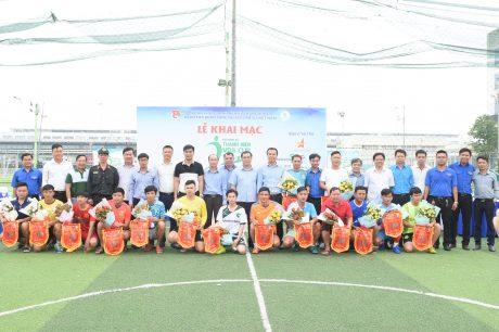 Đại diện lãnh đạo Trung ương đoàn TNCS Hồ Chí Minh, Lãnh đạo Đoàn khối doanh nghiệp Trung ương, đại diện lãnh đạo VRG, Lãnh đạo Công đoàn cao su Việt Nam chụp ảnh lưu niệm với lãnh đội các đội bóng