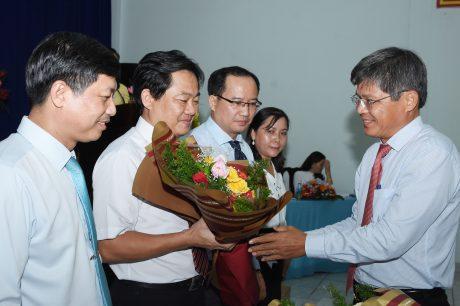 Đ/c Trần Công Kha - Phó Bí thư Đảng ủy, Phó TGĐ VRG tặng hoa cho Chi ủy nhiệm kỳ mới.