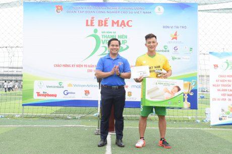 Đống chí thái Bảo Tri-Bí thư Đoàn Thanh niên VRG - Trưởng BTC giai3 trao giải Cầu thủ xuất sắc nhất giải đấu
