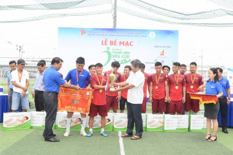 Đống chí Trần Công Kha - Phó bí thư Đảng ủy, Phó TGĐ VRG trao cúp vô địch cho đội VRG 1