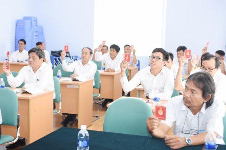 Đảng viên tham dự đại hội biều quất thông qua các chỉ tiêu nghị quyết nhiệm kỳ 2020 - 2025