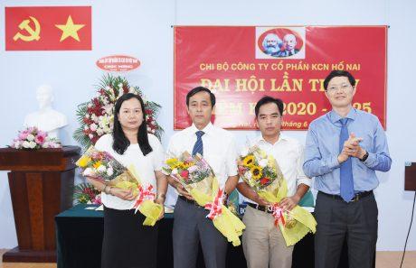 Đồng chí Hà Văn Khương – Uỷ viên BTV Đảng ủy – TV HĐQT VRG tặng hoa chúc mừng các đồng chí trúng cử vào cấp ủy chi bộ công ty